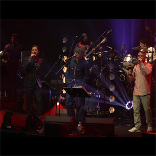 Sgt  Pepper Live avec Ed Harcourt, Carl Barât et Peter Doherty (The  Libertines), Danny Goffey et Gaz Coombes (Supergrass), Steve Mason, Barrie  Cadogan (Primal Scream)